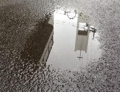 道路の上の水たまり